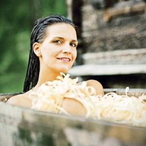 Chrystal Naturkosmetik: Frau in Holzbadewanne